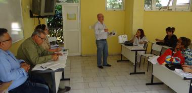 El profesor Pedro Antonio Martínez, de la Universidad de Ciencias Médicas de La Habana, expone la ponencia Los colectivos de años: una metodología para su perfeccionamiento