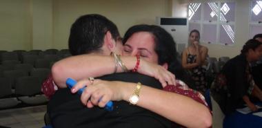 Madre de Gilberto Torres Hernández, abraza a su hijo tras su éxito en el ejercicio de culminación de estudio.