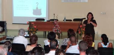 La Dra. Vivian Estrada, mientras impartía su conferencia: La educación virtual y la enseñanza de postgrado.